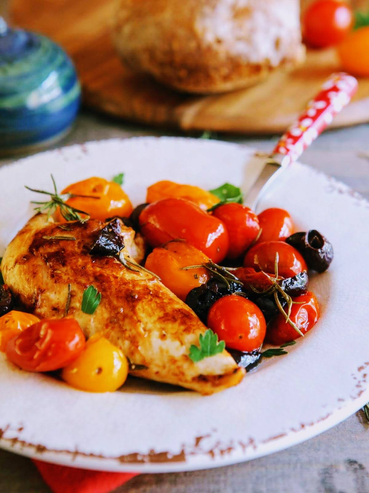 Blanc de poulet tomates cerises et olives noires